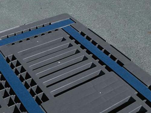Closeup of the Craemer CR3-5 plastic pallet. The unique antislip topdeck & rim increases load stability ensuring safe transportation